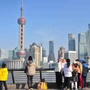 Mit dieser atemberaubenden Skyline wartet die chinesische Großstadt Shanghai auf. Mitarbeiter der Firma Grob sind aber weniger wegen der Schönheiten dieser Stadt. Sie vertreten die Mindelheimer Firma bei Kunden vor Ort und sichern so die Zukunft des Unternehmens.