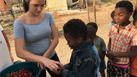 Mona Högg verteilt Erdbeeren an Kinder im südafrikanischen Addo. Die Lehramtsstudentin berichtet unter anderem über Corona in Afrika und dass die arme Bevölkerung von der Krise besonders betroffen ist.