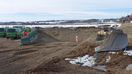 Unübersehbar: Die Bauarbeiten zur Bahnüberquerung des als Unfallschwerpunkt eingestuften Bahnübergangs auf der Staatsstraße 2518 (B 18 alt) sind angelaufen.