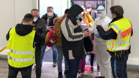 Die Polizei kontrolliert am Allgäu Airport einreisende Fluggäste, ob sie einen negativen Covid-19-Test vorlegen können. Besonders im Blick haben die Beamten dabei die Passagiere aus Hochrisikogebieten.