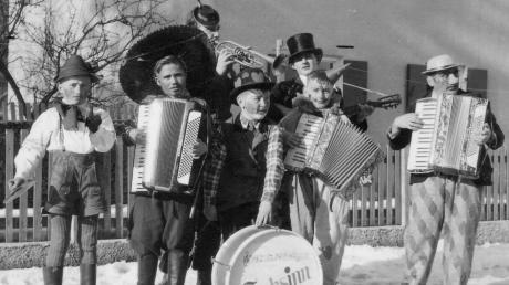 Mal so richtig auf die Pauke hauen: Diese jugendlichen Fastnachts-Straßenmusikanten zogen um 1950 durch Pfaffenhausen.