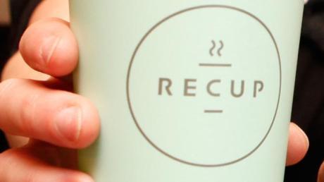 Seit 2018 gibt es die Mehrwegbecher von Recup im Unterallgäu. 13 Anbieter im Landkreis verkaufen darin Kaffee zum Mitnehmen oder andere Getränke.
