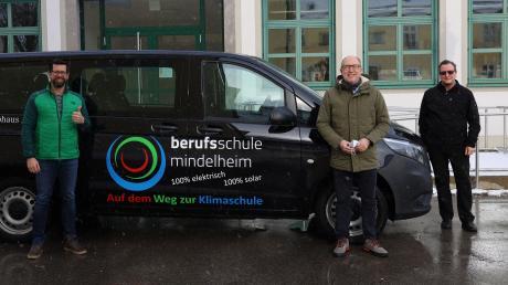 Die Berufsschule Mindelheim hat einen e-Vito für die Ausbildung erhalten. Auf dem Bild von links: Fachoberlehrer Daniel Osterried, Schulleiter Georg Renner und der stellvertretende Kreiskämmerer Jonas Pospischil.