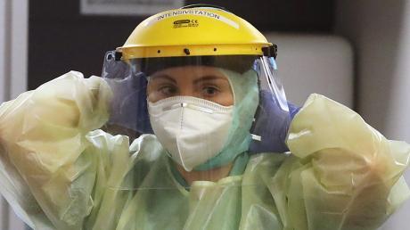In voller Schutzmontur: Die Arbeit mit Corona-Patienten ist anstrengend für das Klinik-Personal.