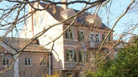 Eine Stadtvilla am Stadtgraben, so präsentiert sich das ehemalige Wohnhaus des früheren Ehrenbürgers Erwin Holzbaur. Die Stadt hat das Gebäude geerbt und hat es nun veräußert.