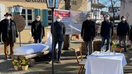 Mit gedeckten Tischen und improvisierten Schlafgelegenheiten setzten Hotelbetreiber und Gastronomen am Montag in Bad Wörishofen ein Zeichen.