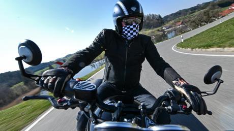Die Dillinger Polizei sucht zwei Motorradfahrer.