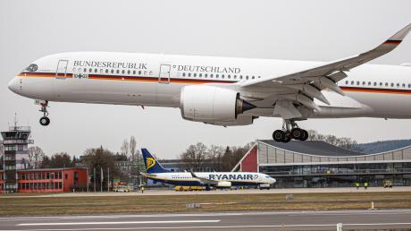 """Mit einem neuen Flugzeug der Bundesregierung, dem A350 """"Kurt Schumacher"""", übt die Luftwaffe am Allgäu-Airport auch das Flugmanöver """"Low Approach"""". Dabei wird die Landebahn in sehr niedriger Höhe überflogen – aber nicht aufgesetzt."""