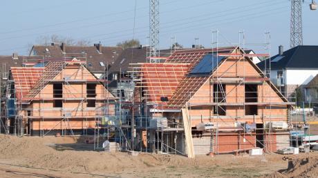 Einfamilienhäuser sind gefragt – und stehen trotzdem in der Kritik. Viele Bürgermeister setzen auf einen Mix zwischen Ein- und Mehrfamilienhäusern.