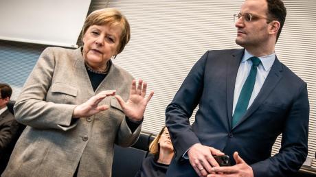 Inzwischen werden unter Politikern keine Hände mehr geschüttelt – als Hygienemaßnahme, um die Ausbreitung des Coronavirus nicht zu fördern. Das machte Angela Merkel im März 2020 auch Gesundheitsminister Jens Spahn deutlich: Die Hand geben? Nein, danke.