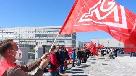 Rund 150 Beschäftigte haben sich bei den Grob-Werken in Mindelheim an dem Warnstreik beteiligt.