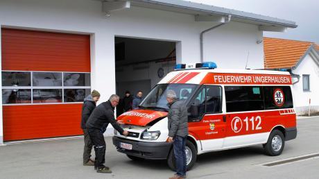 Kommandant Martin Zech, sein Stellvertreter Ulli Sattler sowie weitere Interessierte aus dem Gemeinderat und Bürgermeister Peter Kneipp nahmen das Feuerwehrfahrzeug unter die Lupe, das zum Kauf angeboten wurde.