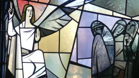 In der Erlöserkirche in Bad Wörishofen zeigt ein Glasfenster die Szene, in der ein Engel den Frauen erscheint und ihnen die Auferstehung Jesu verkündet. Sein Flügel ist für Pfarrerin Susanne Ohr auch ein Wegweiser hin zum Leben.