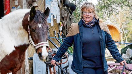 Hat ein Faible für Pferde und ein Gespür für Krimi-Spannung: Nicola Förg auf ihrem Hof Prem, das an der Grenze zum Ostallgäu liegt.