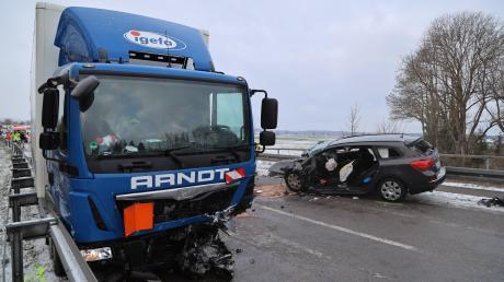 Am Mittwochmorgen ist es auf der Staatsstraße 2015 nahe Ettringen zu einem schweren Verkehrsunfall gekommen.