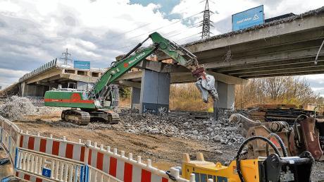 """Der nördliche Teil der A96-Autobahnbrücke über den Memminger Stadtpark """"Neue Welt"""" wird abgerissen und durch einen Neubau ersetzt."""