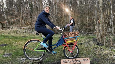 Bettina Ahlborn und ihr Mann Jan-Erik zeigen, welche Fotos man an dem neuen Fun-Foto-Point im Mindelheimer Naturlehrgarten machen kann.