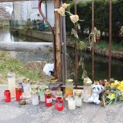 Kerzen, Blumen und Spielzeug erinnern an der Unfallstelle an den tragischen Tod des kleinen Jungen.