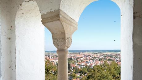 Auch auf der Mindelburg gibt es noch einige Zeugnisse aus der Zeit der Romanik. Dieses Fenster mit den zwei Rundbögen und der typischen Säule ist eines davon.