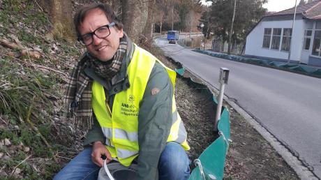 Regelmäßig kontrolliert Klaus Frosch den Krötenzaun in Dorschhausen. Er ist einer von vielen ehrenamtlichen Helfern, die im Unterallgäu den Amphibien über die Straße helfen.