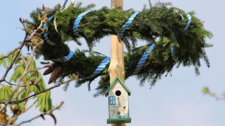Statt zum Maibaum mit Eigenheim wie vor fünf Jahren in Irsingen geht der Trend in diesem Jahr vielleicht eher zum Eigenheim mit Maibaum.