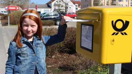 Auch Leticia Scharpf nutzt den neuen Briefkasten an der Berliner Straße in Mindelheim.