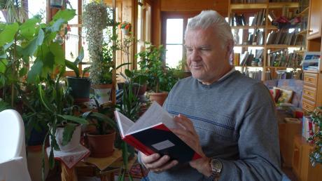 Gerne blättert der pensionierte Gymnasiallehrer Dr. Alois Epple in seinem alten Notenbüchlein, in dem die schulischen Leistungen von Julian Nagelsmann in der 10. Klasse des Landsberger Ignaz-Kögel-Gymnasiums festgehalten sind.