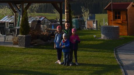 Maibäume sind ein eher seltener Anblick im Jahr 2021. Familie Huber in Ohnsang hat aber wieder einen aufgestellt. Jonathan, Mathilda, Ava und Aric freuen sich riesig darüber.