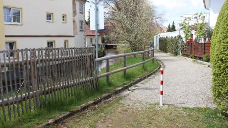 Der Zugang zum Spielplatz an der Bleichstraße in Mindelheim geht in den Geh- und Radweg über, der gegen das Fließgewässer nur unzureichend abgesichert ist. Vor wenigen Wochen ist hier ein Kleinkind bei einem Unfall ums Leben gekommen.