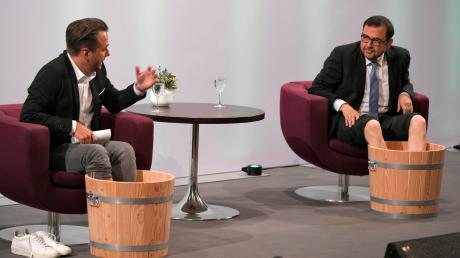 Willkommene Erfrischung nach einer zweistündigen Live-Sendung aus dem Kursaal: Moderator Dennis Wilms (links) und Bayerns Gesundheitsminister Klaus Holetschek nehmen ein Fußbad nach Kneipp.