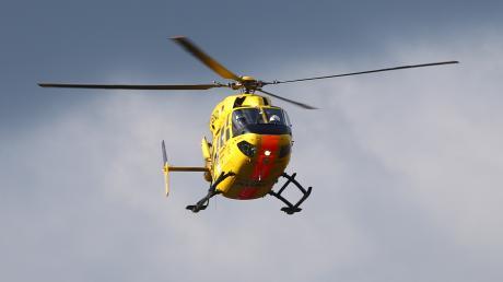 Ein Rettungshubschrauber brachte am Dienstag einen schwer verletzten 83-Jährigen in eine Klinik.