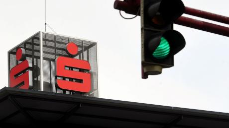 Der geplanten Fusion der Kreissparkasse Augsburg mit der Sparkasse Memmingen-Lindau-Mindelheim müssen neben den Verwaltungsräten und Verbandsversammlungen vier Stadträte und drei Kreistage grünes Licht geben. Wenn nur ein Gremium die Zustimmung verweigert, ist der Zusammenschluss geplatzt.