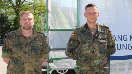 Bundeswehrsoldaten leisten in Mindelheim in der Corona-Krise Amtshilfe. Unser Bild zeigt (von links): Hauptgefreiter  Wehrmeister, Feldwebel Koch sowie den Oberstleutnant der Reserve Herbert Heinle.