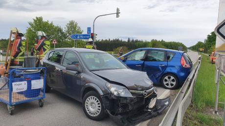 An der Ampel bei der Abzweigung zur Autobahn kam es am Freitagmorgen zu einem Zusammenstoß zweier Pkw. Laut Polizei wurden zwei Personen verletzt.