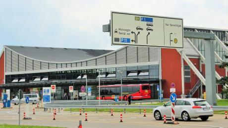 Die Forderungen nach einem Parkhaus in der Nähe des Allgäu-Airports werden im Memmingerberger Gemeinderat immer lauter. Zunächst soll es noch eine Zwischenlösung durch einen Freiflächen-Parkplatz geben.