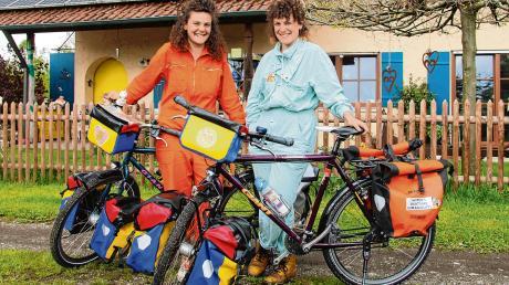"""Ida und Ana Lutzenberger (von links) mit ihren vollbepackten Drahteseln vor ihrem Elternhaus in Schwaighausen. Von dort aus werden sie ihre lange Reise unter dem Motto """"Rette rette Fahrradkette"""" beginnen und für Sea-Watch in die Pedale treten."""
