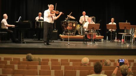 Noch sind die Zuschauerreihen spärlich besetzt. Für die ersten Gäste spielten Béla Rogl am Klavier, János Jurenák am Bass, an der Flöte und am Saxophon, István Kerek an der Geige, Zsolt Gazsarovszky an Posaune, Bass und Schlagzeug, László Berecz am Cello und István Gregor an der Trompete.