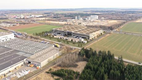 Die Pläne für das neue Finsterwalder-Areal: Das Gebäude in der Bildmitte soll direkt gegenüber des bisherigen Finsterwalder-Betriebes entstehen (linker Bildrand), zwischen A96 (oben) und alter B18.
