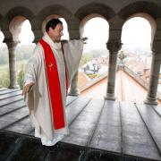 Der Münchner Pfarrer Rainer Maria Schießler hat schon vieles gemacht: Er war Volunteer bei der Fußball-WM 2006, hat auf dem Oktoberfest bedient, mehrere populäre Bücher geschrieben und balancierte auf einem Kirchendach.