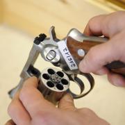 Wer legal eine Schusswaffe besitzen will, muss gewisse Voraussetzungen erfüllen. Nun wird auch die Verfassungstreue überprüft. Die Waffenbehörden können bereits genehmigte Schusswaffen wieder einziehen, sollten sich hier Verstöße ergeben. Diese Waffen werden dann markiert und von den Landratsämtern einbehalten.