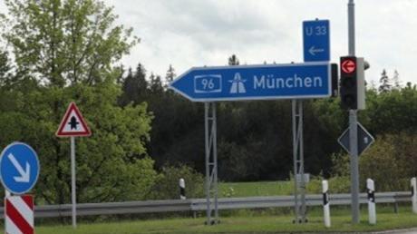 Auf dem Gelände im Hintergrund plant das Autohaus Schragl einen Neubau und will dort seine bisherigen Standorte Bad Wörishofen und Mindelheim zusammen legen.