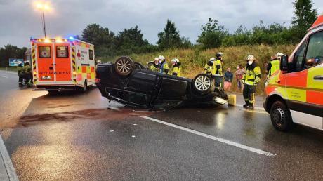 Schwer verletzt wurde der Fahrer dieses Autos, das sich vermutlich wegen Aquaplaning auf der A96 bei Türkheim überschlug.