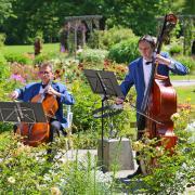Vielseitig und kreativ, was die Auftrittsorte angeht: Das Bad Wörishofer Kurorchester hat schon an vielen Stellen der Stadt die Kurgäste und Einheimischen unterhalten, hier im Rosengarten des Kurparks.