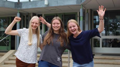 Endlich Abi! Diese drei jungen Damen haben jedoch besonderen Grund zur Freude. Sie haben nicht einfach nur das Abi am Mindelheimer Maristenkolleg gemacht, sondern haben auch noch die Traumnote 1,0 erreicht. Das Bild zeigt (von links): Maria Schröther, Alicia Schneider und Sarah Hörberg.