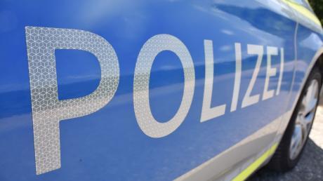 Die Polizei sucht nach Hinweisen zu 15 aufgeschnittenen Silageballen in Hainsfarth..