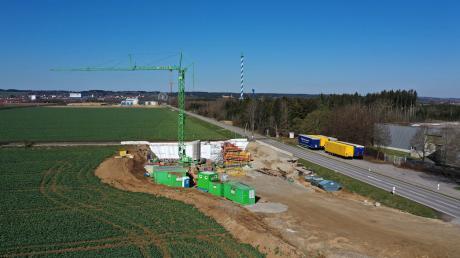 Baustelle Bahn-Unterführung bei Türkheim, am Bahnübergang an der Staatsstraße 2518 (B18) zwischen Skyline Park und der Autobahn-Anschlussstelle Türkheim/ Bad Wörishofen. Vorgesehen ist, die Trasse der Staatsstraße herabzusenken, damit sie unter den Gleisen hindurch läuft. Dafür müssen für einen gewissen Zeitraum die Straße und auch die Bahnlinie Bad Wörishofen-Türkheim gesperrt werden.