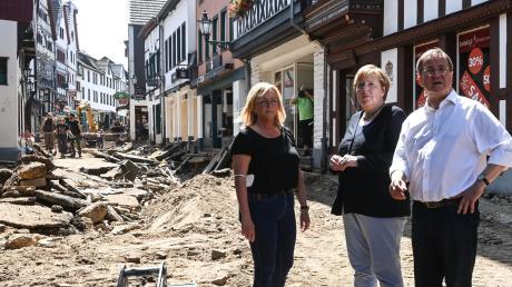 Das Hochwasser hat die Altstadt von Bad Münstereifel zerstört. Bürgermeisterin Sabine Preiser-Marian (links) zeigte Bundeskanzlerin Angela Merkel und Ministerpräsident Armin Laschet das Ausmaß der Verwüstung.