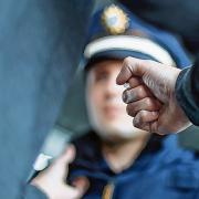 Ein 38-Jähriger muss sich jetzt unter anderem vor Gericht verantworten, weil er gegenüber Polizisten gewalttätig wurde.