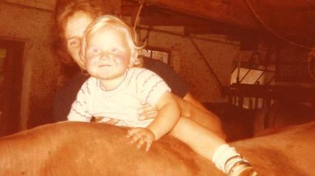 Andreas Straub liebte es, im Stall zu sein. Hier hat ihn seine Oma kurzerhand auf den Rücken einer Kuh gesetzt.