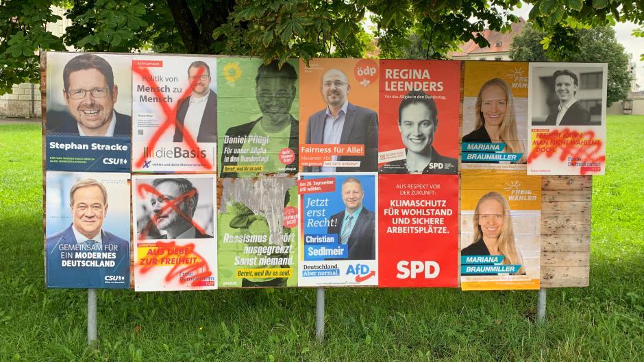 Mutwillig beschädigt haben Unbekannte viele Wahlplakate in der ganzen Region. Das Foto entstand in Ottobeuren.